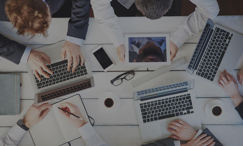 Grupp av kollegor som nätverkar